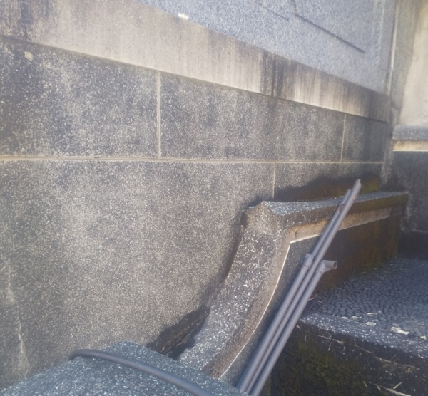 お墓の壁のクリーニング